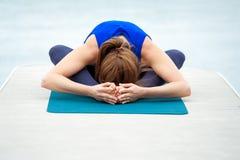 做在席子33的少妇瑜伽锻炼 库存图片