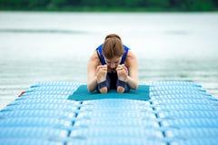 做在席子26的少妇瑜伽锻炼 库存照片