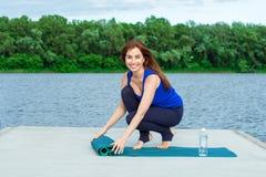 做在席子42的少妇瑜伽锻炼 免版税库存图片