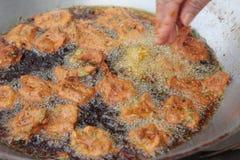 做在平底锅的油煎的鱼糕 库存照片