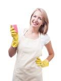 做在手套的美丽的妇女家事与海绵隔绝了o 免版税库存照片