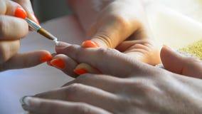 做在手指钉子的修指甲 影视素材