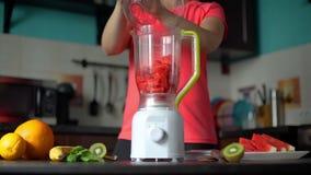 做在搅拌器的妇女果子圆滑的人 影视素材