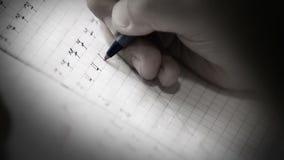 做在文字的一名小学生的慢动作英尺长度第一步 影视素材