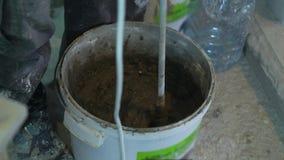 做在桶的灰浆特写镜头在工地工作 股票录像