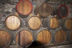 做在桶的酒在一个老地窖里 免版税库存图片