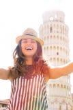 做在比萨前面塔的妇女selfie  免版税图库摄影
