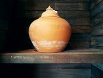 做在泰国的传统泥罐由专业黏土 库存照片