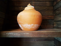 做在泰国的传统泥罐由专业黏土 库存图片