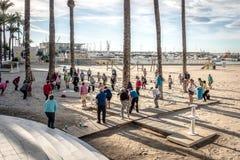 做在海滩的老年人锻炼 健康生活方式,活跃生活方式退休人员在贝尼多姆,西班牙 库存照片