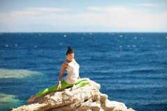 做在海滩的女孩瑜伽 免版税库存照片