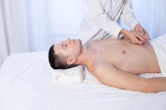 做在温泉的男性男按摩师按摩手 免版税图库摄影