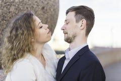 做在照相机前面的夫妇面孔 库存图片