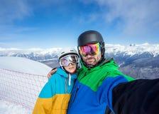 做在照相机的夫妇挡雪板selfie 免版税库存图片
