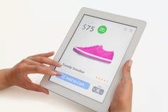 做在片剂计算机上的妇女互联网购物 免版税库存图片