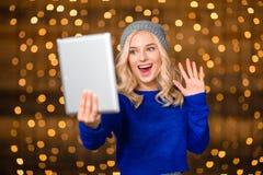 做在片剂计算机上的快乐的妇女录影电话 免版税图库摄影