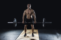做在现代fitne的可爱的肌肉爱好健美者deadlifts 库存图片