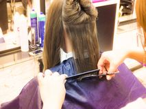 做在理发沙龙的美发师理发 剪切头发美发师递s工具妇女 秀丽产业 免版税库存图片