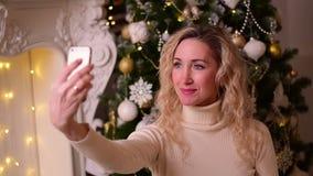 做在电话的妇女selfie 股票视频