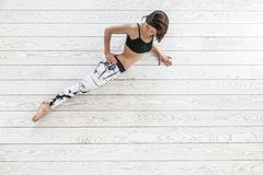 做在白色地板的妇女适合的锻炼 库存照片