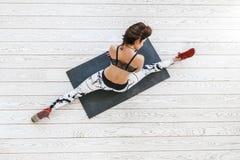 做在白色地板的妇女适合的锻炼 免版税库存照片