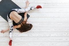 做在白色地板的妇女适合的锻炼 免版税库存图片