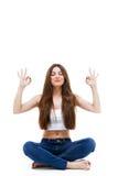 做在白色背景的美丽的少妇瑜伽 免版税库存照片