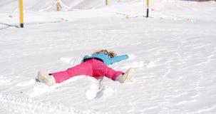 做在白色雪的少妇雪天使 股票录像