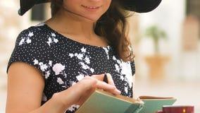 做在笔记本的帽子的愉快的女性计划目录,写下想法,特写镜头 股票视频