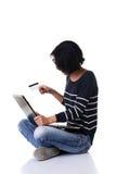 做在网上购物的学生妇女 免版税库存图片