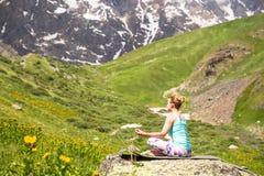 做在美丽的山的少妇瑜伽 好的视图 免版税库存照片
