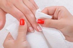做在美容院的修指甲 免版税库存图片