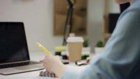 做在耳机的年轻女生家庭作业 股票视频