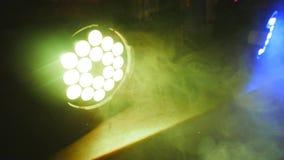 做在聚光灯`的浓烟漩涡放光 背景的五颜六色的愉快的抽象气氛 免版税库存图片