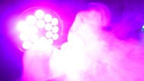 做在聚光灯`的浓烟漩涡放光 背景的五颜六色的愉快的抽象气氛 图库摄影