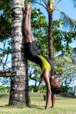做在自然的年轻瑜伽人实习者瑜伽 草的亚裔印地安信奉瑜伽者人在公园 巴厘岛 免版税库存照片
