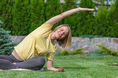 做在自然的美丽的孕妇产前瑜伽 库存照片