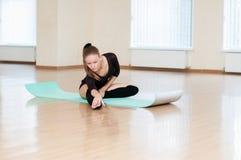 做在舞蹈课的女孩锻炼 免版税库存图片