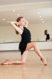 做在舞蹈课的女孩锻炼 免版税库存照片