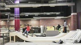 做在舷梯的溜冰板者一个把戏 影视素材