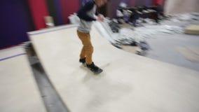 做在舷梯的溜冰板者不同的把戏 股票录像