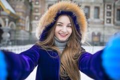 做在街道上的美丽的女孩selfie 免版税库存图片