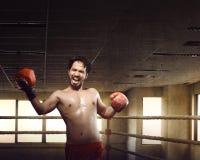 做在训练的运动员男性亚裔拳击手上击 免版税库存图片
