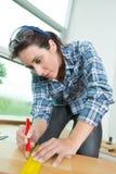 做在车间的华美的年轻女性木匠木材加工 免版税库存图片