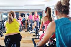 做在转动的类的美丽的妇女锻炼 库存照片