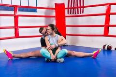 做在运动服的分裂和亲吻他的美国兵的运动的男性拳击手 免版税库存照片