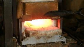 做在金属外面的刀子在伪造 金属宿营热化在熔炉的 股票视频
