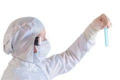 做在防护套服的科学家测试 免版税库存图片