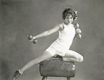 做在鞍马的妇女臂跑 免版税库存照片