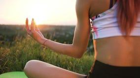 做在领域的苗条女孩瑜伽在日落 股票视频
